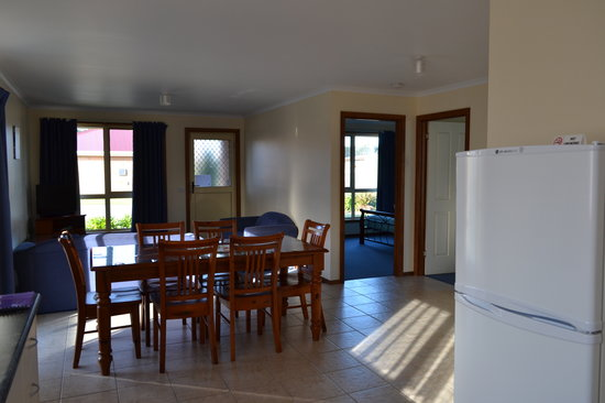 All Inn Strahan: Lounge  2 Bedroom