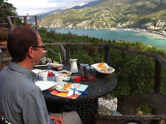Maremesco B&B: Breakfast on the patio