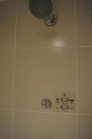 Sheraton Skyline Hotel London Heathrow: Shower, complete with instructions