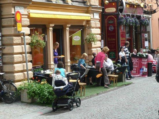 Hermitage : 春夏には外のテーブル席で食べるもの好し。