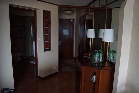 Sheraton Imperial Kuala Lumpur Hotel: Turned Around, Walk In Closet On Left  (