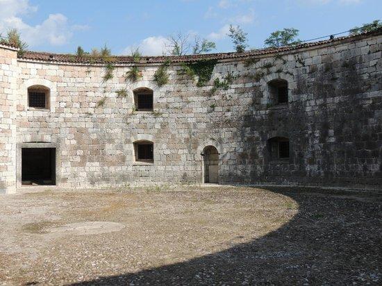 Peschiera del Garda, Italy: Forte Ardietti: Inner courtyard