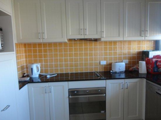 Boathouse Resort Tea Gardens: Very nice kitchen room 210