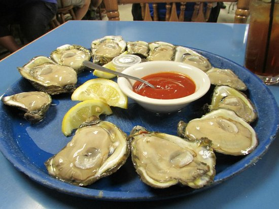 Harbor Seafood & Oyster Bar: dozen of oysters
