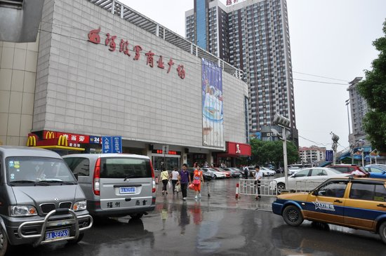 GreenTree Inn Changsha Yuanjialing Express Hotel: Apollo Department Store next to Bus Station