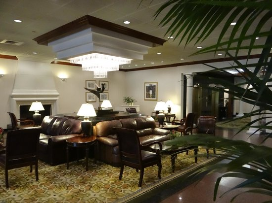 DoubleTree by Hilton Hotel Flagstaff: Closer look at beautiful lobby