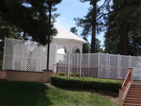 DoubleTree by Hilton Hotel Flagstaff : Quaint Gazebo in the back