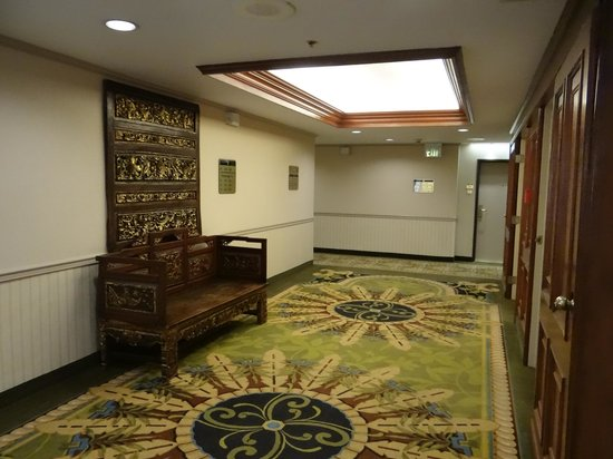 DoubleTree by Hilton Hotel Flagstaff : Beautiful artistic wood pieces everywhere