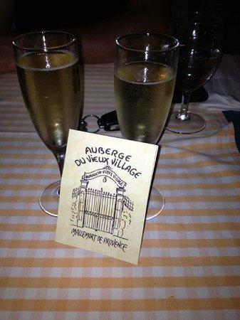 Auberge du Vieux Village: coupes de champagne en raison de notre anniversaire de mariage!