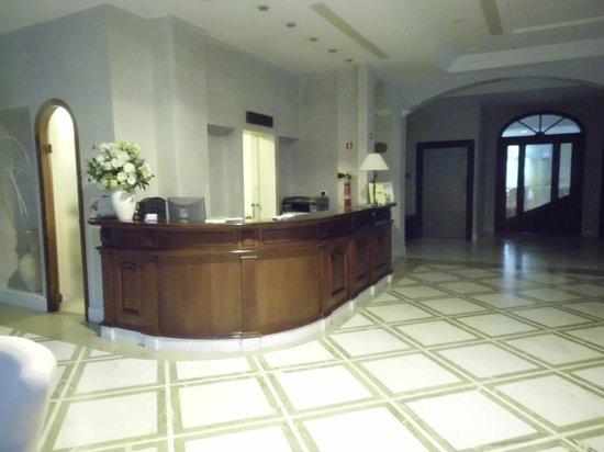 Sant'Angelo Resort & Spa: De receptie vlak bij de lobby.