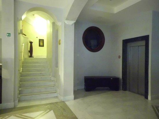 Sant'Angelo Resort & Spa: Trap en lift gedeelte aan de zijkant van de lobby.