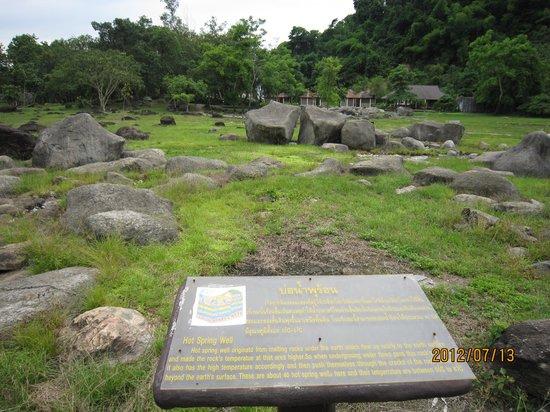 Doi Pha Hom Pok National Park: 温泉説明、遠方に温泉施設建物