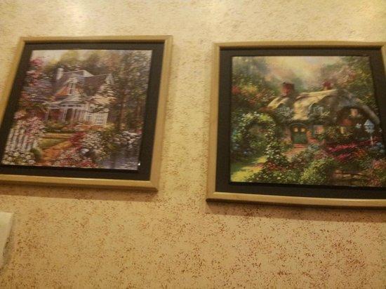 Chandralok Hotel: beautiful paintings on the walls