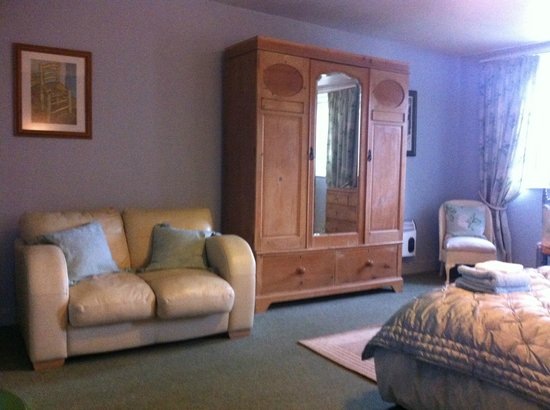 Fontmell Magna B&B : the Halcyon room - very light, large and comfortable