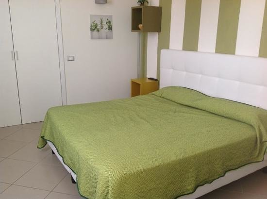 La Piazzetta Guest House: bed in the green and white room