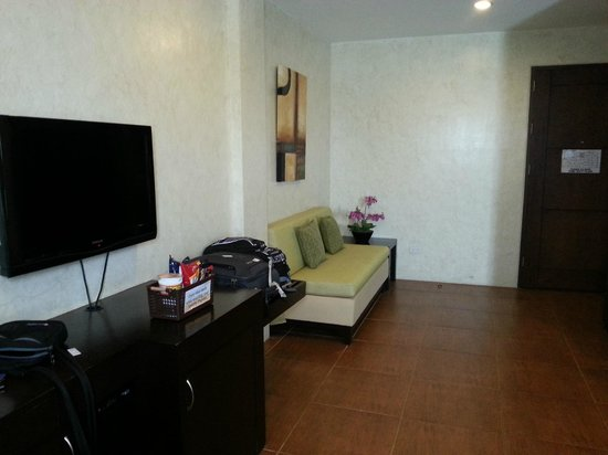 Home Crest Hotel: Spacious junior suite