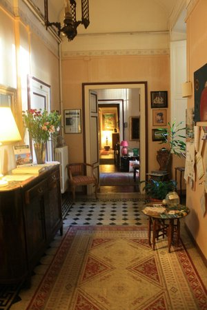 Hotel Boccaccio: Foyer - the bathroom and extra toilet are on the opposite end