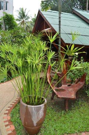 Royal Phawadee Village: Devant le Bungalow