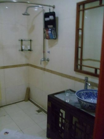 Soluxe Sunshine Courtyard Hotel: Good sized bathroom...