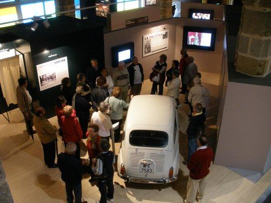 Museo de Adolfo Suárez y la Transición: Un grupo de personas visitando el MAST