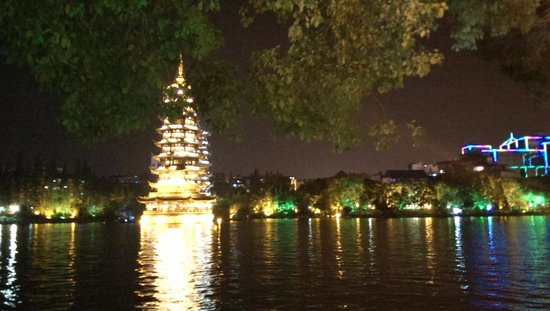 Lakeside Inn: Pagoda lit up at night