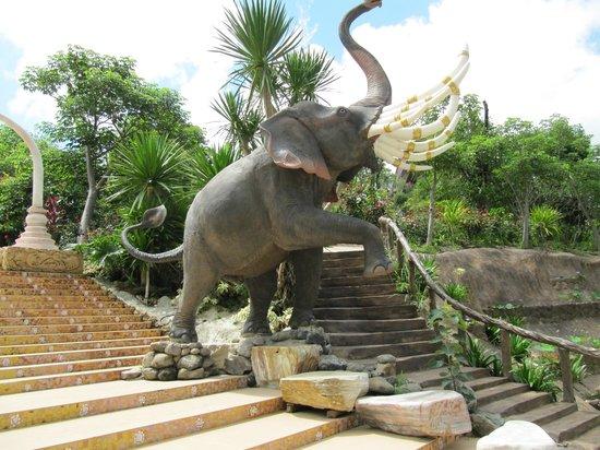 Wat Pha Sorn Kaew: Kampfelefant an der Aufgangstreppe