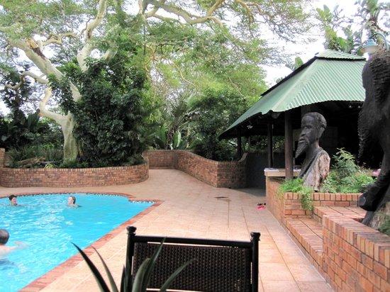 Anew Hotel Hluhluwe & Safaris: Pool + Pavillon