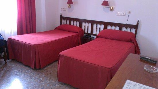 Hotel Marisa : Habitación. Colchas con algunas manchas