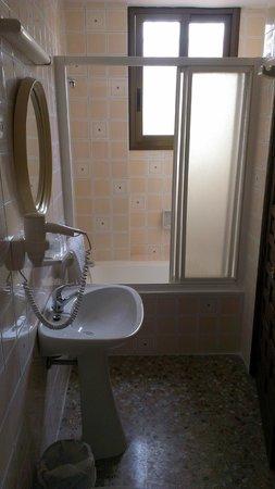 Hotel Marisa: Baño