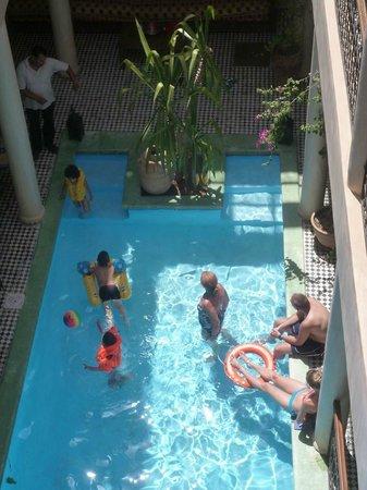 Riad Taroudant : Les jeux dans la piscine