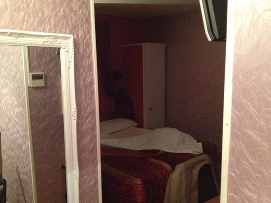 Hotel Prince Monceau: Very small rooms, tired look (IOM)