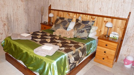 Down to Erth B &B: Queen bed