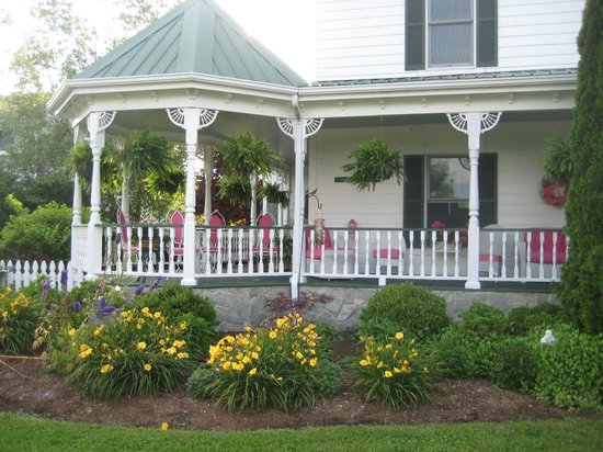Harmony Hill Bed & Breakfast: Porch and Gazebo area