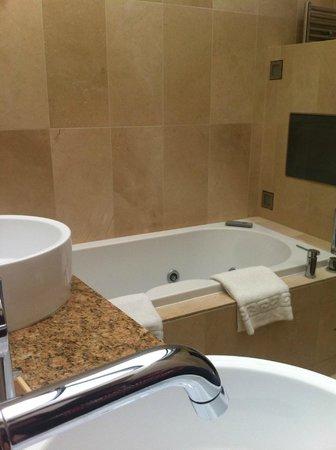The Barn Hotel: Beautifully modern bathroom