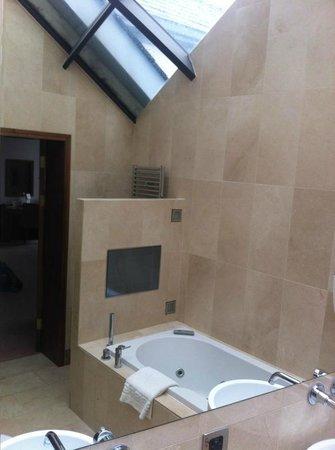 The Barn Hotel: Fantastic skylight ceiling in bathroom