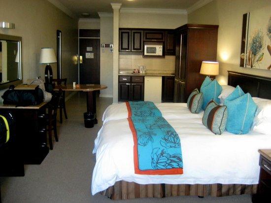 Protea Hotel by Marriott Durban Umhlanga: Betten, Schreibtisch, Kitchenette