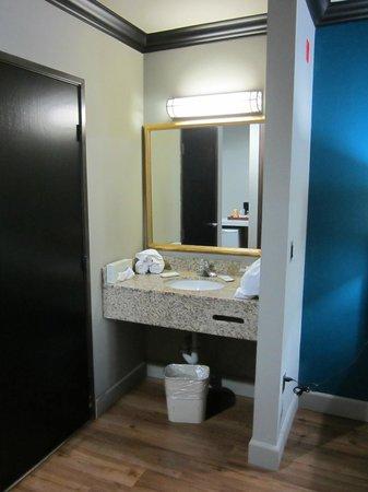 BLVD Hotel & Suites: Wastafel niet in de badkamer