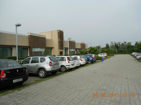 Oodles Chattarpur: Parking