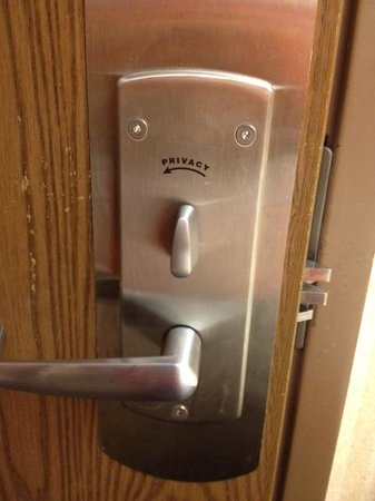 La Quinta Inn & Suites Harrisburg Airport Hershey : the privacy lock doesn't turn!
