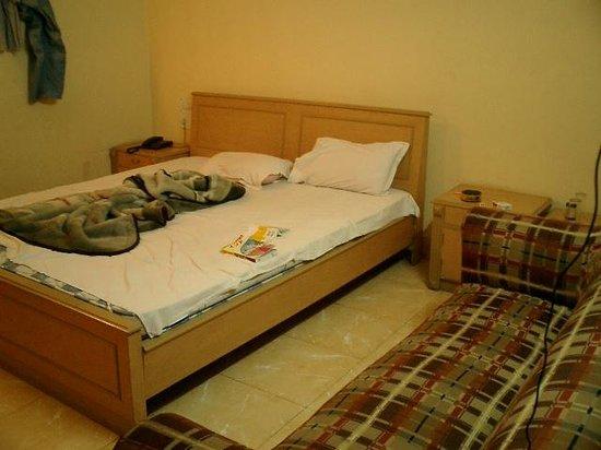 Mamta Hotel: 部屋のベッドです。