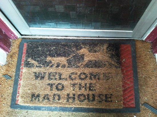 Fort William Backpackers: The doormat says it all...!