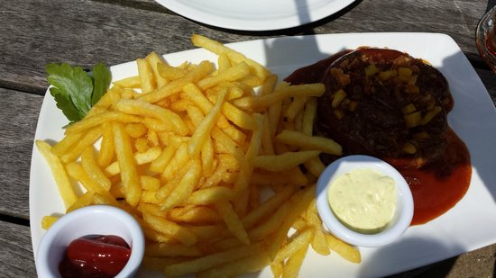Alster Cliff: Currywurst + pommes ! :)