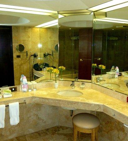 Swissotel Lima: Spotless marble-tiled bathroom.