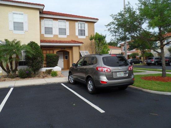 Hapimag Resort Orlando: Estacionamento na porta da casa, facilitando o transporte de malas e compras.