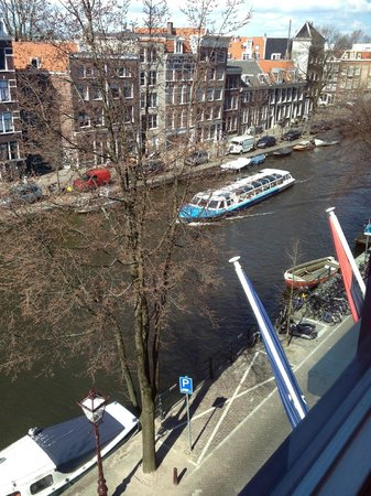 Andaz Amsterdam Prinsengracht: The canal in front of the hotel from the room