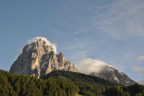 Alpenhotel Plaza: Sassolungo e Sassopiatto: vista dalla camera 203