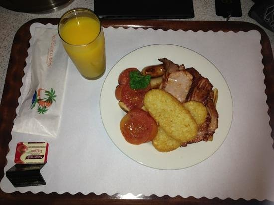 Country Roads Motor Inn: The 'Big Breakfast' served with a glass of local mandarin juice