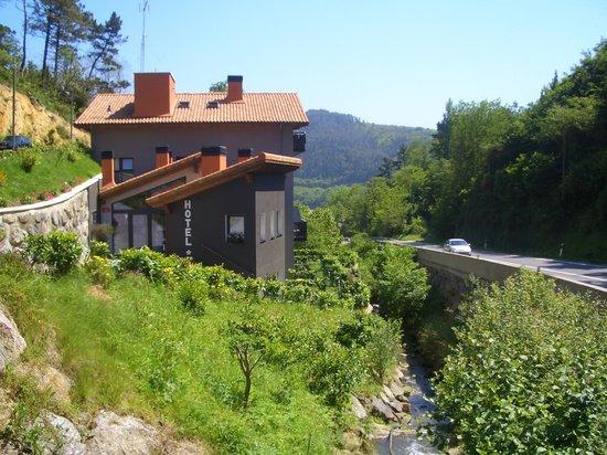 Hotel Txanka Erreka : Hotel and river