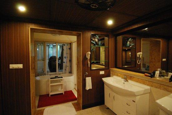 MAYFAIR Hideaway Spa Resort: Bathroom.