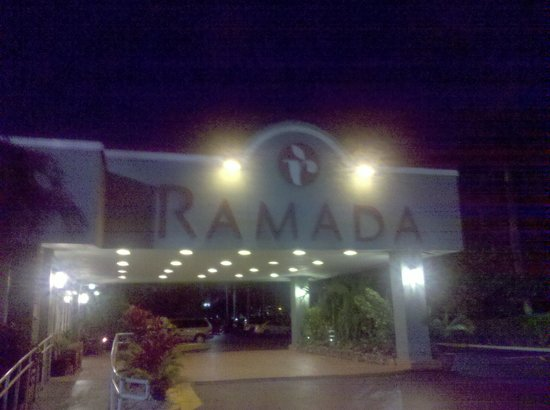 Ramada Fort Lauderdale Airport/Cruise Port: Entrada principal do hotel.